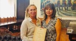 Η Ρόδος τίμησε την Karen Harvey για την προσφορά της στο γαμήλιο τουρισμό