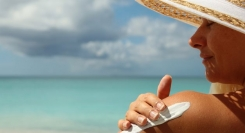 Έρευνα: Επιβλαβή για τη θάλασσα τα αντηλιακά των λουόμενων;