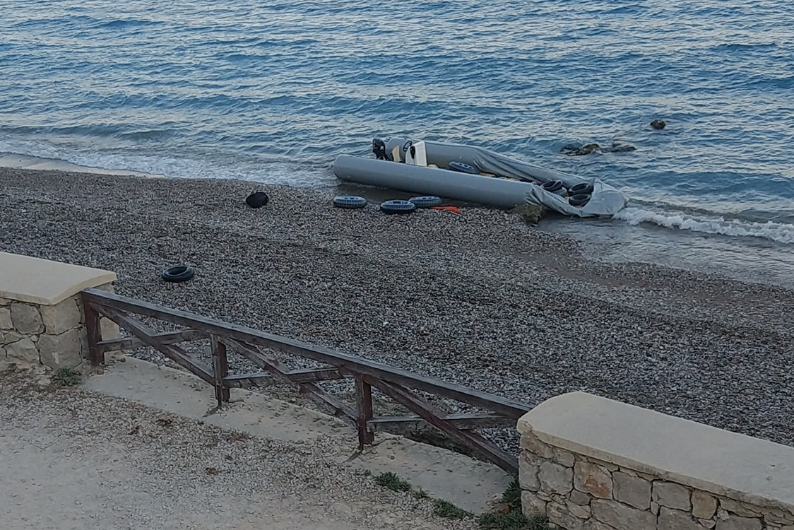 ΣΥΝΕΧΙΖΟΥΝ να μπουκάρουν στο Αιγαίο οι λαθρομετανάστες- Έφτασαν με βάρκα τα ξημερώματα στην Ρόδο....